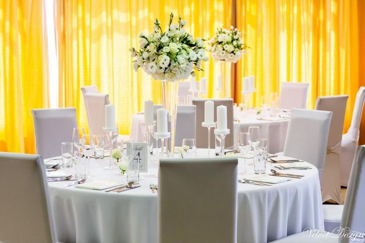 Prípravy:) - ..vyzdoba..svetla..biela kombinovana s jemnuckou kremovou..okruhle stoly, velke vazy so zivymi kvetmi:)..