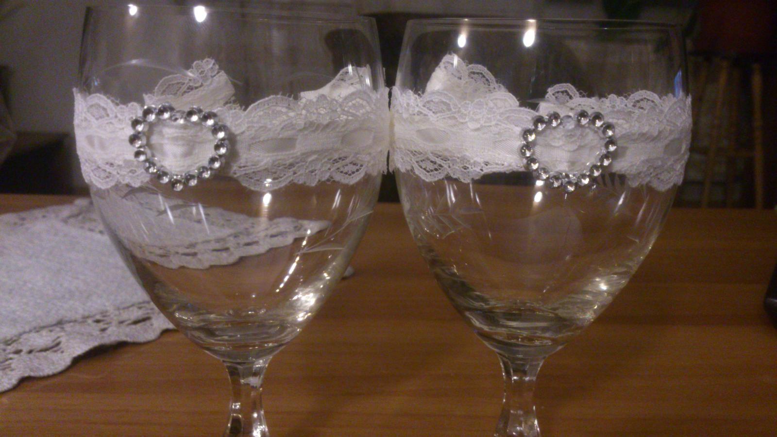 Prípravy:) - darovane 30 rocne pohare, este zo svadby mojich buducich svokrovcov:) len som ich dozdobila cipkou...
