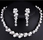 Souprava perlových šperků (náušnice a náhrdelník) ,