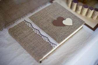 Svatební kniha hotová, jen s kytičkou a krajkou