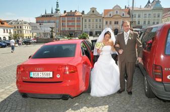 Příjezd nevěsty s tatínkem...