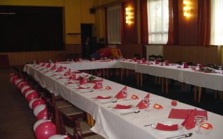 svatební stůl...ještě chybí, dotr, koláčky a ovocné mísy