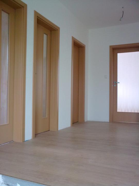 Už máme podlahy a dveře (patro)
