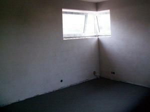 Rohové okno v horní ložnici, všechny tři, tedy i spodní, mají vstup na terasu. Horní velké mají navíc i okno.