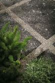 Norr, celoslinutá dlaždice tloušťky 2 cm určená k pokládce na terče, trávu nebo kačírek