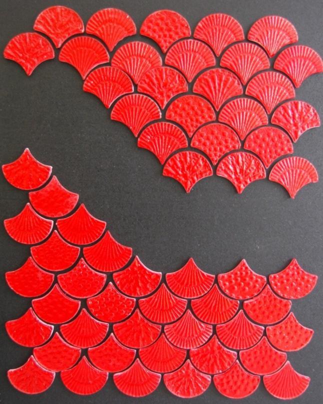 Představujeme plastickou jasně červenou skleněnou mozaiku tvaru mušle - Obrázok č. 3