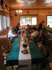 Není vyfocená svatební tabule před obědem, tak alespoň jedno foto po. Tabule byla do oranžové a krémové barvy a aby to vše vyniklo a ladilo to s mysliveckou chatou, použili jsme tmavozelené ubrusy.