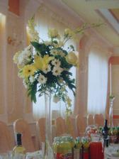 Takove vysoke vazy budeme mit na kulatych stolech v barvach svatebni kytice
