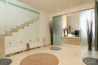 velké dvoukřídlé posuvné skleněné dveře z obýváku do kuchyně