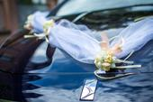 Dekorace na auto ženicha a nevěsty,