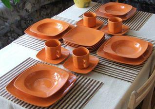Čtverhranné oranžové nádobí