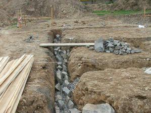 zemnící pásek a kameny do betonu