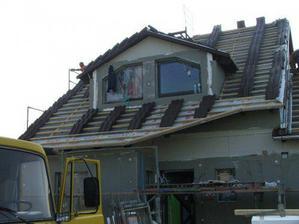 Třetí den stavby - položeny první tašky na střechu