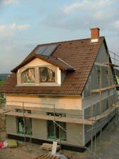střecha a komín - je dokončeno