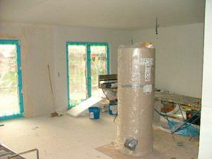 obývací pokoj s bojlerem jako dominantou