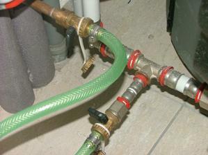 Tu hadici napoj na oba konce ventilů a otoč uzávěry a dopusť vodu