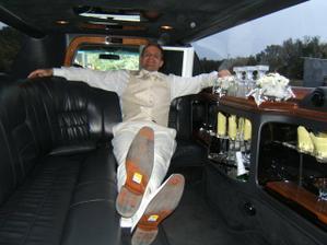 drahy v limuzke - v rychlosti si zabudol odlepit cenovky z topanok