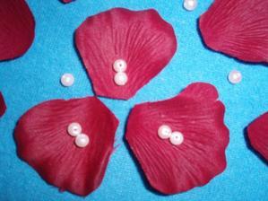 okvětní lístky s korálkama