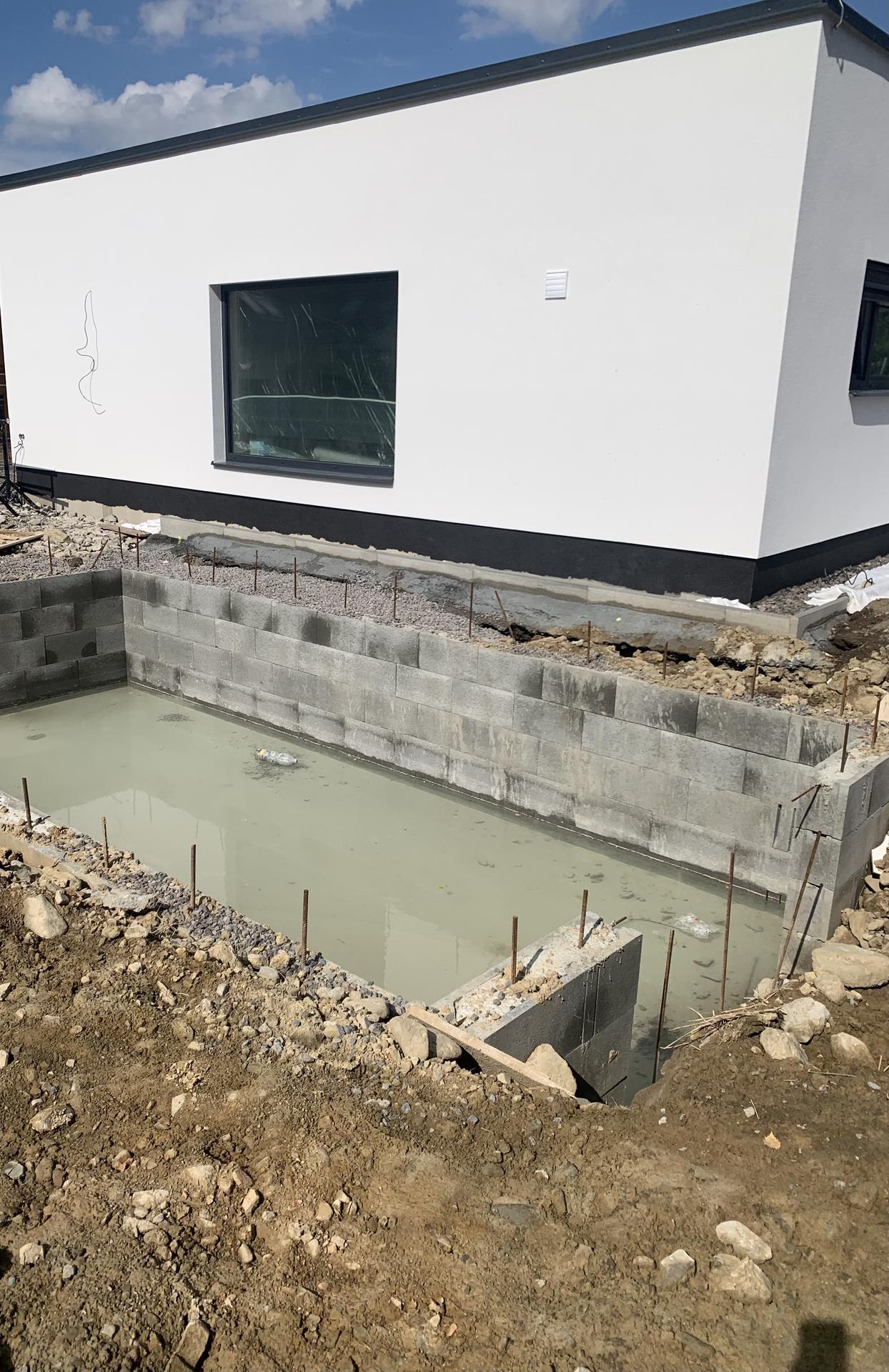 Pod Horou... - Bazén skoro ready 🤣🤭 jen tedy usazovat přijedou až v listopadu.