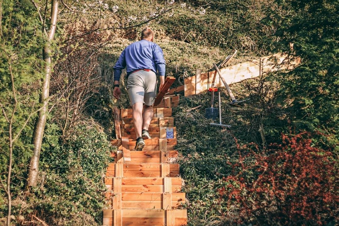 Z vinného sklepa rodinný dům - Máme hodně svažitou zahradu, takže udělat schody bylo nutné. Na jejich výrobu jsme použili palubky ze stropu v podkroví.