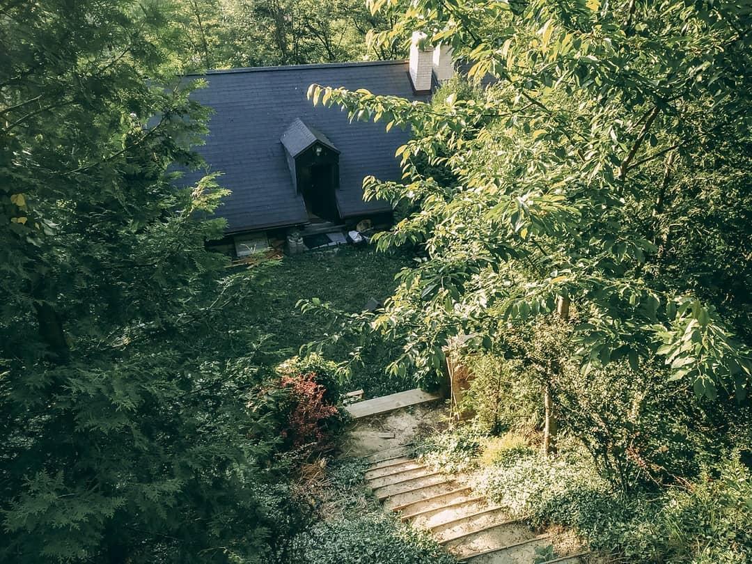 Z vinného sklepa rodinný dům - Pohled na domeček ze schodů
