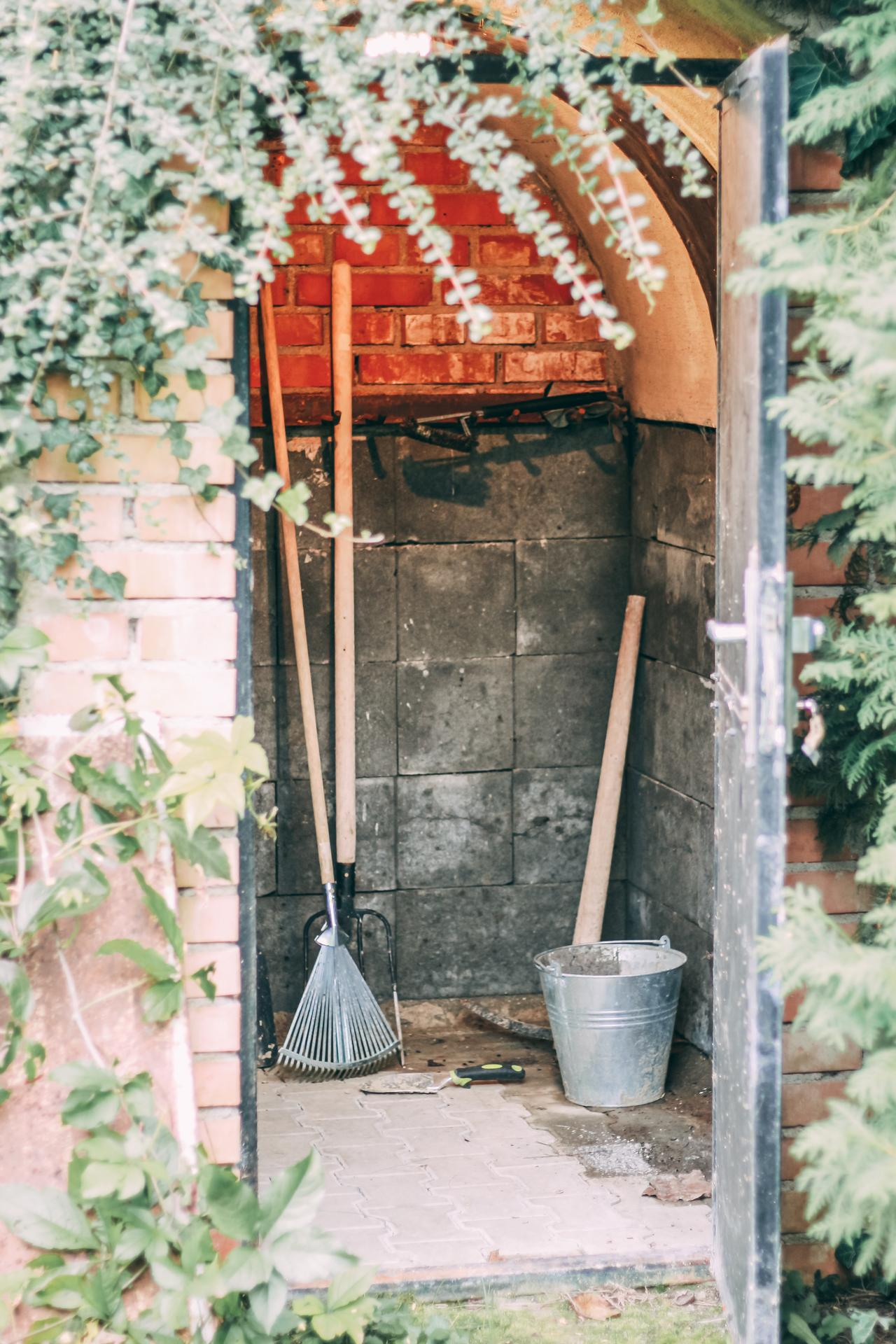 Z vinného sklepa rodinný dům - Kůlnička ❤ Uvnitř je i světlo a zásuvka.