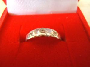 To je můj zásnubní prstýnek z bílého zlata