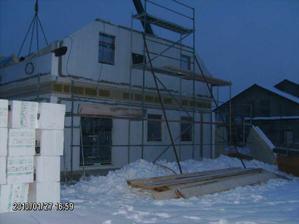 Tma, cca -15 stupňů, stále se pracuje a prý ještě dlouho bude, patro je postavené, pokládají se stropy a snad ještě postaví štíty