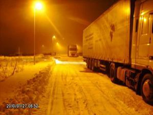 DEN 1. Brzo ráno už najíždějí kamiony, celkem jich přijede 5 (ještě, že jsme včera nechali tu silnici důkladně protáhnout :-))