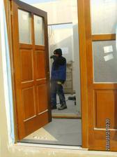 Vchodové dveře (ve skutečnosti jsou tmavě hnědé)