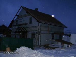 Střecha je připravena na zítřejší pokládku tašek
