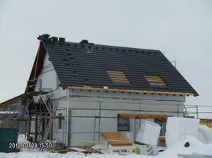 3. DEN Střecha je položená, elektroinstalace hotová, bezpečnostní systém po domě rozveden, rozvody vody a kanalizace v domě připraveny, zakrývají se stropy, radiátory jsou osazené