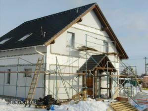 5. DEN    Pohled na střechu se střešními okny. Komínek plynového kotle ještě není napevno přidělán a bude určitě rovně :-)