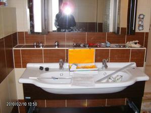 10. PRACOVNÍ DEN - Horní koupelna se finišuje (při vybalení bohužel zjistili, že zrcadlo na skříňce je odštíplé, bude se muset vyměnit, a ještě po nich budu chtít předělat otvírání dvířek)