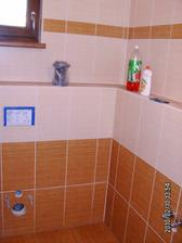 Spodní WC už čeká jen na umyvadlo, WC a pár háčků
