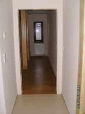 Pohled z kuchyně do chodby (v levo schody, v pravo pracovna)