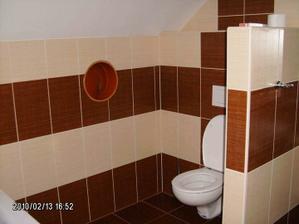 Horní koupelna - WC (díra ve zdi je shoz na prádlo, ještě na to příjdou sklopná dvířka)