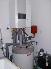 A něco pro techniky - část technické místnosti (kotel Geminox, bojler, dole ještě kouká úpravna vody)