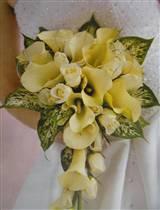 takhle nějak by to mělo vypadat-bílé kaly a smetanové růže