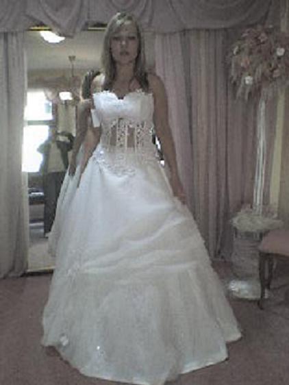 22.9.2007 o 16:00 - fotené mobilom, zlá kvalita, ale šaty boli pekné