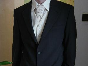 detail na vestičku, kravatu a košelu
