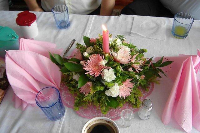22.9.2007 o 16:00 - takéto girlandy na stoly mi urobí môj starejší, len bordovo-bielu kombináciu... táto ružová je z výzdoby jeho 40tky, je veľmi šikovný :)