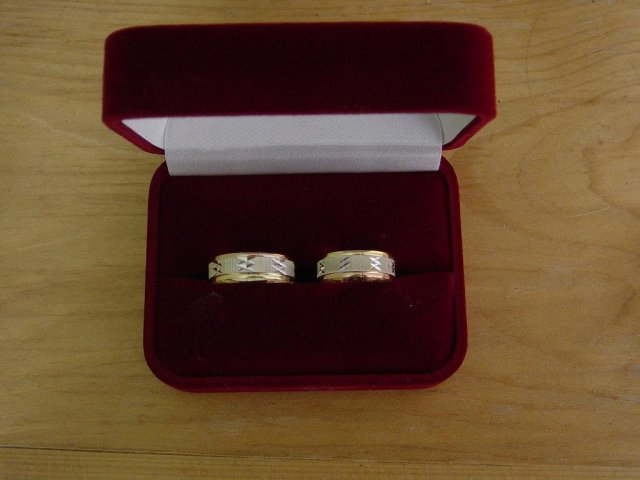 22.9.2007 o 16:00 - toto sú naše obrúčky v krabičke