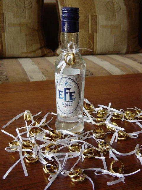 """22.9.2007 o 16:00 - tak takto budú ozdobené naše svadobné výslužky, bude to domáca hruškovica, táto fľaša je len """"ilustračná"""" :)"""