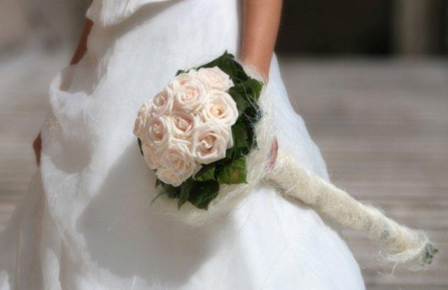 Mili a Radko - a kytička? len úplne jednoduchá, som zaťažená na ružičky, tak určite kytičku z ruží, asi bielych...niečo takéto..