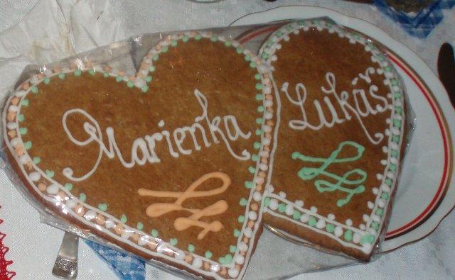 Od prstienka ku svadbe - a pernicek od sestry,asi ich bude piect aj na svadbu