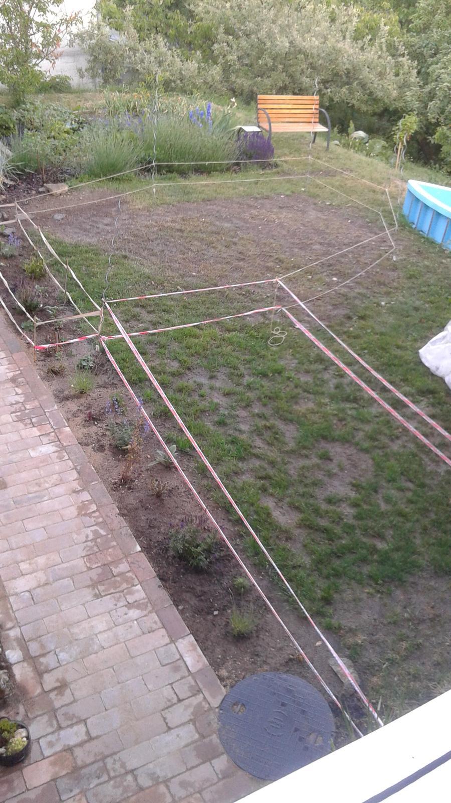 Zahrada od začátku - překopáno a zaseto...trávník první den