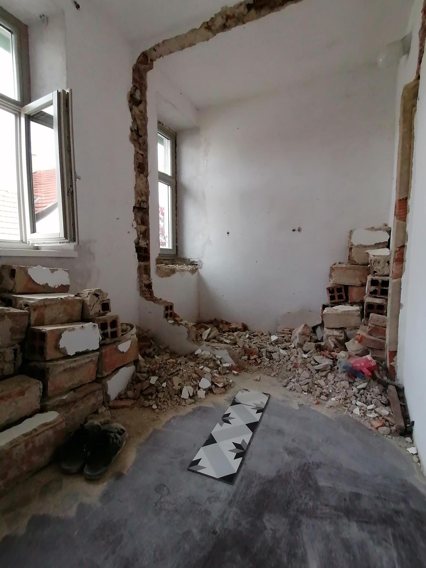 V sobotu se dokončilo broušení a olejovani podlah ve dvou místnostech, přesouvání komplet ložnice včetně šatních skříní kvůli broušení tam a zpět po domě. Ještě jsem ani nestihla poradne vše uklidit a dnes? Budování zdar 😁👌 - Obrázek č. 1