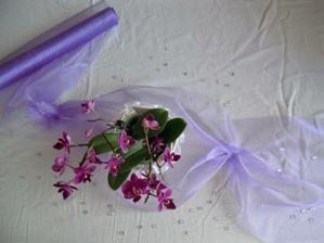 podobně bude vyzdoben stůl (mítso orchideje v květináči, orchidej plouvocí ve skleniččce se svíčkou)