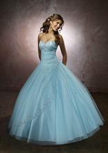 nově objednané svatební šaty, kombinace bílé s lila vyšívkou